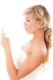 Blonde junge Frau liest Meldung Lizenzfreie Stockfotos