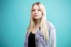 Blonde junge Frau lokalisiert über blauem Hintergrund Lizenzfreies Stockbild