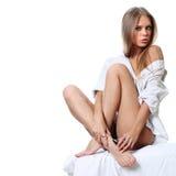 Blonde junge Frau lokalisiert auf weißem Hintergrund Lizenzfreies Stockbild