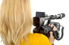 Blonde junge Frau mit Berufskamerarecorder, hintere Ansicht, über whi Stockbilder