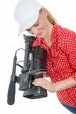 Blonde junge Frau mit Berufsvideo-camcorder, auf Weiß Lizenzfreie Stockbilder