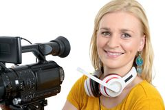 Blonde junge Frau mit Berufsvideokamera, auf Weiß Stockfotografie