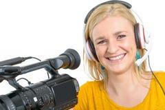 Blonde junge Frau mit Berufsvideokamera, auf Weiß Lizenzfreie Stockfotos