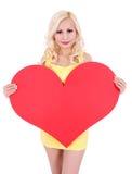 Blonde junge Frau mit dem großen Valentinsgrußinneren getrennt Lizenzfreie Stockbilder