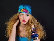 Blonde junge Frau mit dem lockigen Haar Stockbilder