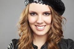 Blonde junge Frau mit dem lockigen Haar Lizenzfreie Stockfotografie