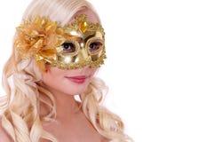 Blonde junge Frau mit der Goldkarnevalsmaske getrennt Lizenzfreie Stockfotografie