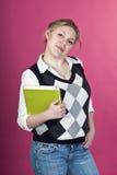 Blonde junge Frau mit grünem Laptop Lizenzfreies Stockfoto