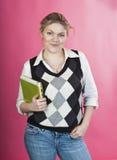 Blonde junge Frau mit grünem Laptop Lizenzfreie Stockbilder