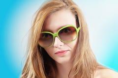 Blonde junge Frau mit grünen Gläsern Lizenzfreies Stockbild