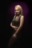 Blonde junge Frau mit Kleid im Scheinwerfer Lizenzfreies Stockbild