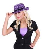 Blonde junge Frau mit purpurrotem Leoparddruckhut Lizenzfreies Stockbild