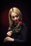 Blonde junge Frau mit Rotrose Stockfotografie
