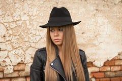 Blonde junge Frau mit schwarzem Hut Lizenzfreies Stockfoto