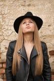 Blonde junge Frau mit schwarzem Hut Stockbild