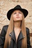 Blonde junge Frau mit schwarzem Hut Lizenzfreies Stockbild