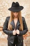 Blonde junge Frau mit schwarzem Hut Stockfotos