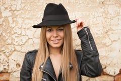Blonde junge Frau mit schwarzem Hut Stockfoto