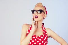 Blonde junge Frau mit tragender Sonnenbrille des Stift-obenmakes-up und -frisur Lizenzfreies Stockfoto