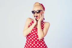 Blonde junge Frau mit tragender Sonnenbrille des Stift-obenmakes-up und -frisur Stockbild