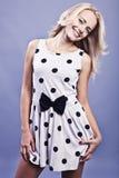 Blonde junge Frau in polkadot Kleid Stockbild