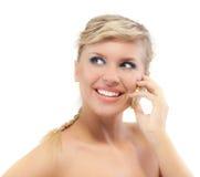 Blonde junge Frau steht vorbei in Verbindung Lizenzfreie Stockbilder