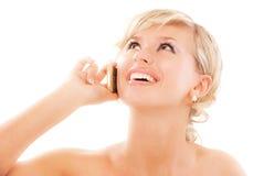 Blonde junge Frau steht vorbei in Verbindung Lizenzfreie Stockfotografie