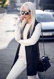 Blonde junge Frau, wenn Sie draußen aufwerfen Lizenzfreie Stockbilder