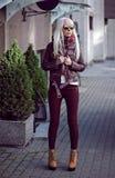 Blonde junge Frau, wenn Sie draußen aufwerfen Stockfoto