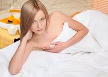 Blonde junge Frauen im Badekurort Stockfoto