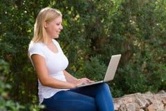 Blonde junge Frauen mit dem Laptop im Freien Lizenzfreies Stockfoto