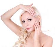 Blonde junge Frauen mit französischer Maniküre Stockfoto