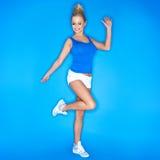 Blonde junge Frauen-tragende Segeltuch-Schuhe Stockbilder