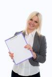 Blonde junge Geschäftsfrau mit einem Klemmbrett Lizenzfreies Stockfoto