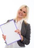Blonde junge Geschäftsfrau mit einem Klemmbrett Lizenzfreie Stockbilder