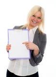 Blonde junge Geschäftsfrau mit einem Klemmbrett Lizenzfreie Stockfotografie