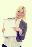 Blonde junge Geschäftsfrau mit einem Klemmbrett Stockfoto