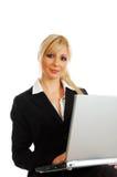 Blonde junge Geschäftsfrau mit Laptop Lizenzfreie Stockbilder