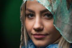Blonde junge lächelnde Frauennahaufnahme Lizenzfreies Stockbild