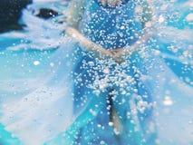 Blonde junge Schönheit als Luftelement Unterwasser Stockfotografie