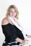 Blonde junge und sexy Frau, die für die Kamera aufwirft Lizenzfreies Stockfoto