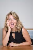 Blonde junge und sexy Frau, die für die Kamera aufwirft Lizenzfreie Stockfotos