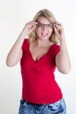 Blonde junge und sexy Frau, die für die Kamera aufwirft Stockbilder