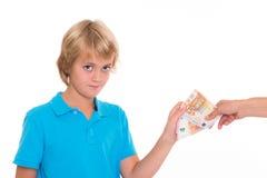Blonde Jungenkonserve sein Taschengeld Stockfotografie