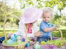 Blonde junger Bruder-und Schwester-Enjoying Their Easter-Eier draußen Lizenzfreie Stockbilder