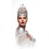 Blonde Königin in der silbernen klassischen handgemachten Krone mit roten Augen Lizenzfreies Stockfoto