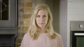 Blonde kaukasische Frau, die ihr Haar repariert stock video footage