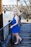 Blonde kaukasische Frau im Freien im blauen Kleid Stockbild
