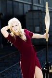 Blonde kaukasische Frau im Freien im roten Kleid Lizenzfreie Stockbilder