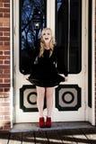 Blonde kaukasische Frau im Freien im schwarzen Kleid Stockbilder